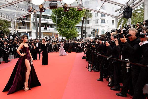 Khi bước trên thảm đỏ để tiến vào khán phòng, Lý Nhã Kỳ tranh thủ tạo dáng trước ống kính của phóng viên quốc tế.