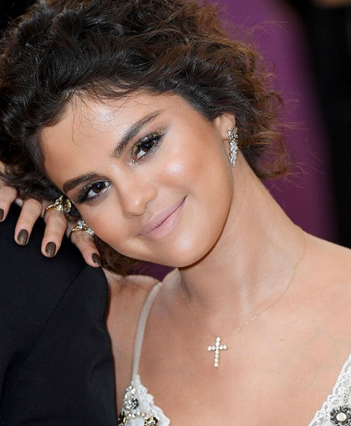 Hung Vanngo cũng tiết lộ những sản phẩm anh sử dụng để tút tát cho Selena, bao gồm tổng cộng 25 sản phẩm cho toàn bộ các chi tiết trên khuôn mặt. Riêng đôi môi, anh sử dụng hai thỏi son Marc Beauty (P)outliner Sugar & Spice và Marc Beauty New Nudes Moody Margo. Tuy nhiên, khác với các bài trước đó, riêng với những bức ảnh này của Selena, chuyên gia trang điểm gốc Việt lại khóa phần bình luận.