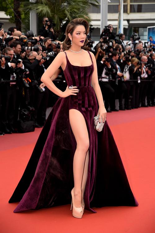 Trên thảm đỏ LHP Cannes 2018 ngày thứ ba, Lý Nhã Kỳ tiếp tục biến hóa phong cách. Người đẹp chứng minh sự đa dạng khi diện chiếc váy xẻ tà cao vút của NTK Đỗ Long, khoe vòng một và đôi chân thon thả.