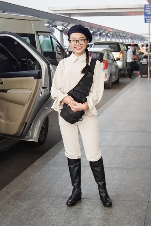 Sáng 11/5, Phương Mỹ Chi cùng mẹ có mặt tại sân bay Tân Sơn Nhất, TP HCM để lên đường sang Mỹ lưu diễn. Á quân Giọng hát Việt nhí mùa đầu tiên gây chú ý khi diện trang phục cá tính, khác hẳn hình ảnh thường thấy.