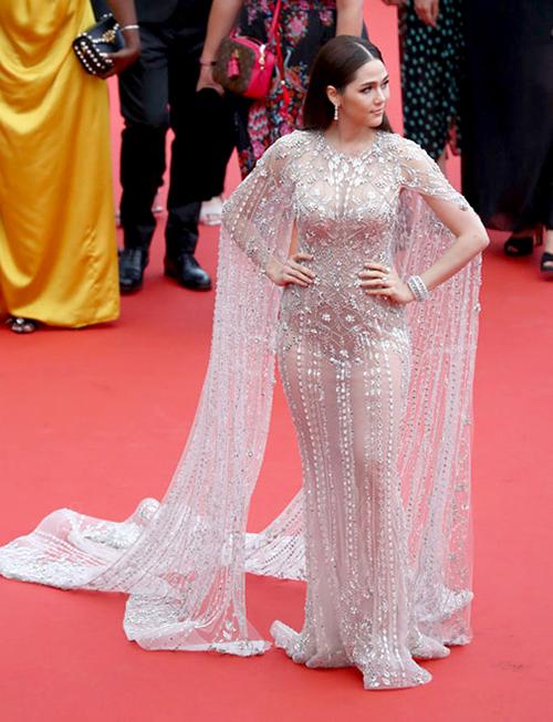 Chompoo là khách mời thường niên của LHP Cannes. Mỗi lần xuất hiện cô đều gây ấn tượng với những bộ cánh gợi cảm.