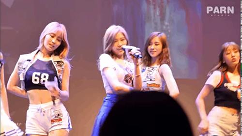 Những idol Hàn mất mặt vì sự cố tuột nội y trên sân khấu - 6