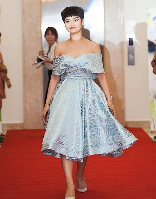 Các dạng váy Miu Lê lựa chọn gần đây có phần sến sẩm, khiến cô nàng lộ nhiều nhược điểm cơ thể.