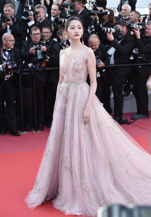 Bạn gái Lộc Hàm - Quan Hiểu Đồng - thướt tha với bộ váy hồng pastel khoe vóc dáng mảnh mai.