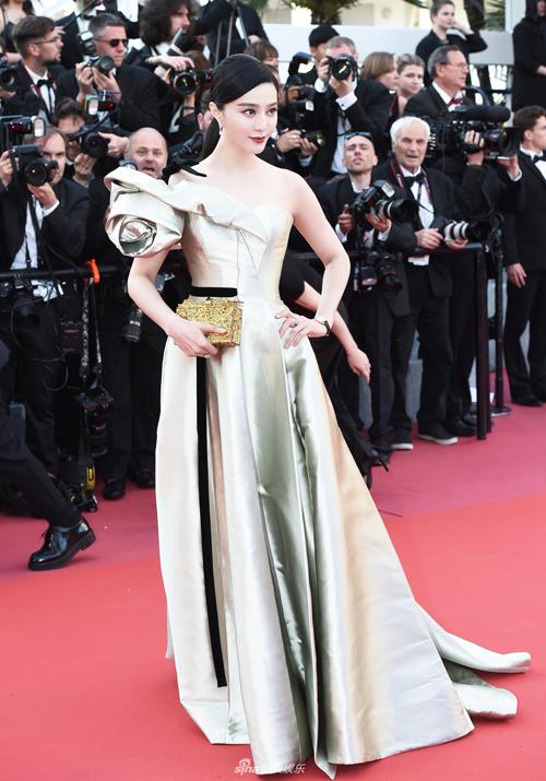 Sau ngày khai mạc LHP Cannes, Phạm Băng Băng tập trung tham dự các sự kiện bên lề nên không xuất hiện trên thảm đỏ. Trong ngày thứ tư của sự kiện, người đẹp tái xuất với diện mạo lộng lẫy như công chúa.