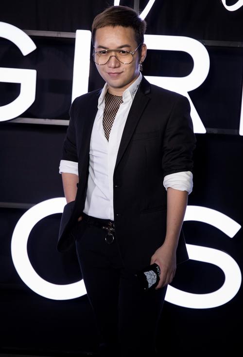 Nhà thiết kế Chung Thanh Phong đến ủng hộ cô em thân thiết.