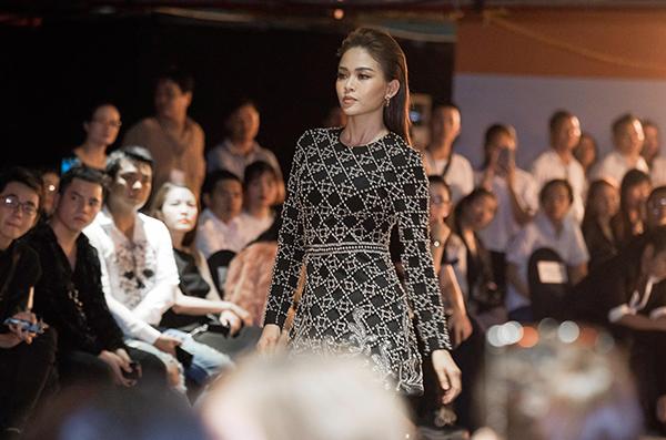Phạm Hương tổ chức ra mắt BST đầu tay Girl Boss tại một địa điểm đặc biệt - hầm giữ xe của một trung tâm thương mại ở quận 1. Đường băng catwalk dài 50m, tách biệt với thế giới bên ngoài, tạo nên một hiệu ứng không gian và âm thanh đặc biệt. Mâu Thủy được chọn lựa là gương mặt kết màn.