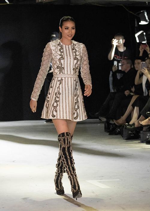 Phạm Hương xuất hiện đầy kiêu kỳ như một chiến binh. Theo sau cô là hàng chục người mẫu tham gia trình diễn BST.