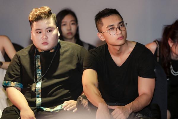 Hữu Vi cũng đến ngồi xem show với phong thái mạnh mẽ, cool ngầu như thường lệ.