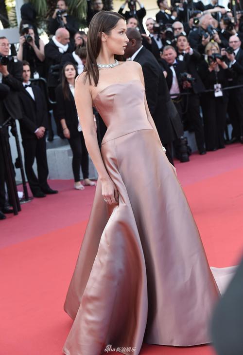 Bella Hadid kín đáo bất ngờ thay cho những trang phục hở bạo trong các lần dự Cannes trước.