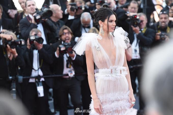"""<p> Thảm đỏ Cannes ngày thứ năm tiếp tục có sự """"đổ bộ"""" của hàng chục mỹ nhân với những trang phục gợi cảm. Trung thành với phong cách sexy, Kendall Jenner """"thiêu đốt"""" mắt nhìn trong bộ váy xuyên thấu mỏng như sương.</p>"""