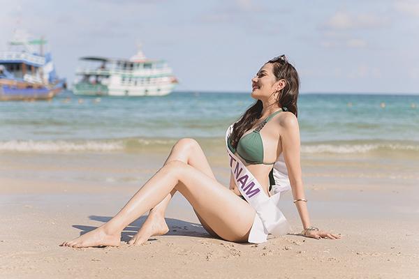 Cô diện bikini nóng bỏng và không quên ghi lại những khoảnh khắc thú vị bên những thí sinh. Nhiều hoa hậu bày tỏ sự thích thú khi được tắm biển và dạo chơi trên những bãi cát trắng muốt.