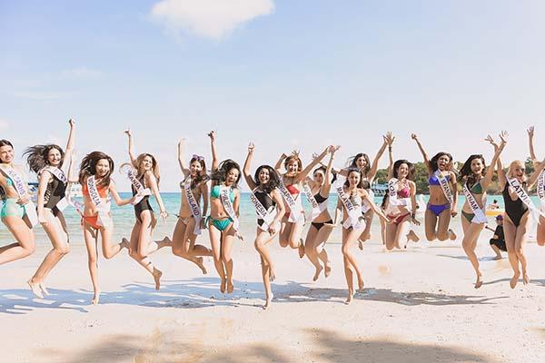 Các thí sinh có phút giây nô đùa vui vẻ trên bãi biển.