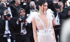 Cannes ngày 5: Kendall Jenner 'chê' nội y khi diện váy mỏng như sương