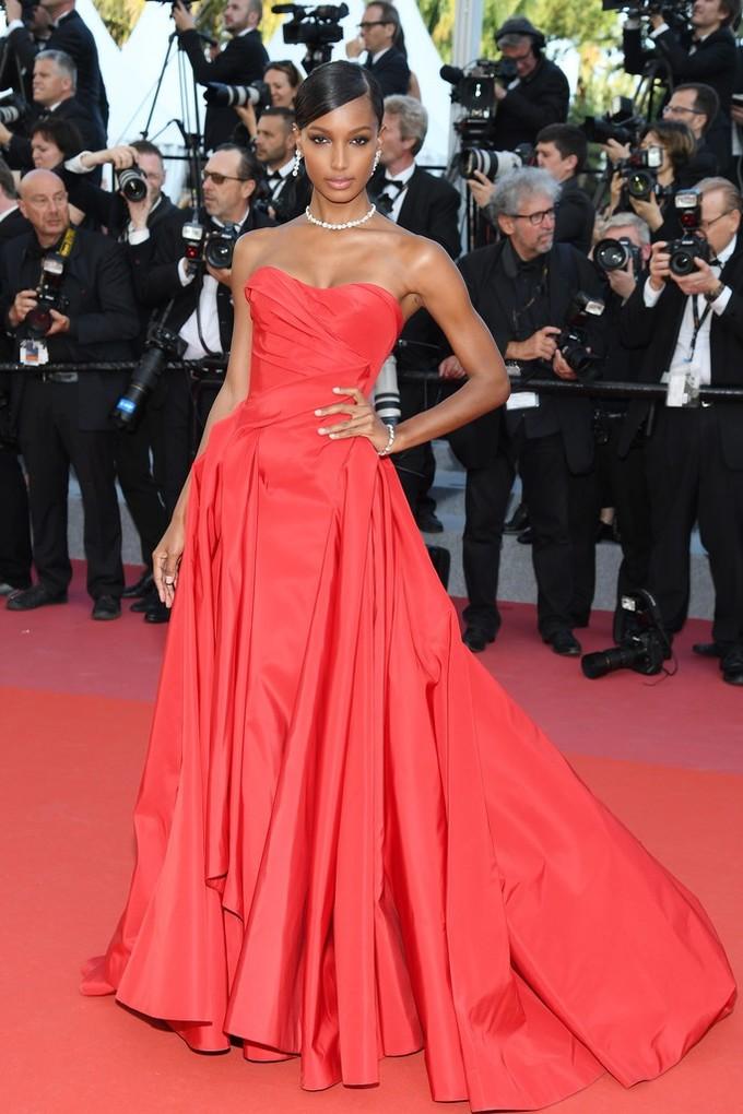 """<p> """"Thiên thần"""" Victoria's SecretJasmine Tookes cũng diện váy quây để khoe vòng một sexy.</p>"""