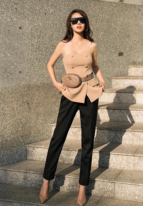 Jolie Nguyễn diệnáo quây khoe vai kết hợp túi đeo ngang hông của Gucci cùng chung tông nâu be để có set đồ dạo phố trẻ trung mà thanh lịch.