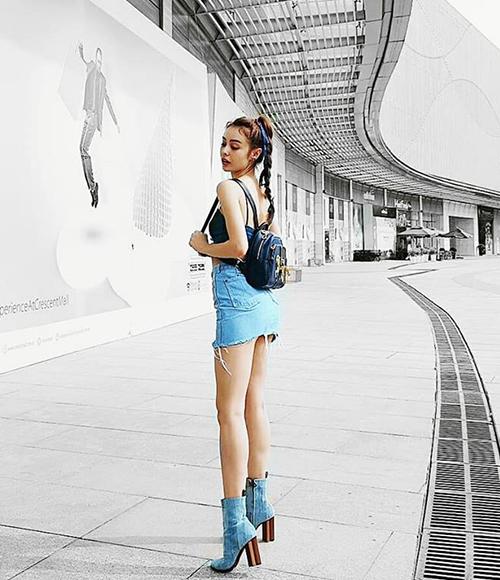 Đôi chân thon dài miên man của MLee được khoe trọn nhờ chiếc váy jeans siêu ngắn. Cô nàng mix cùng boots denim rất tông xuyệt tông.