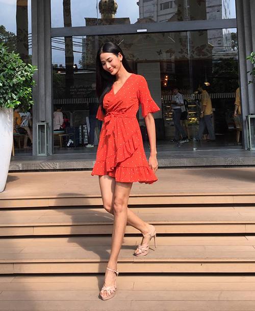 Hoàng Thùy ứng dụng mốt váy quấn - xu hướng đang gây sốt nhất mùa hè năm nay.