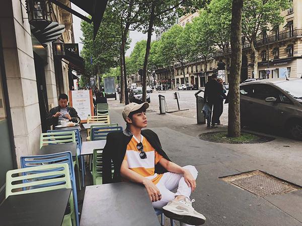 Noo Phước Thịnh pose dáng lạnh lùng khi ngồi uống cafe trên đường phố Paris.