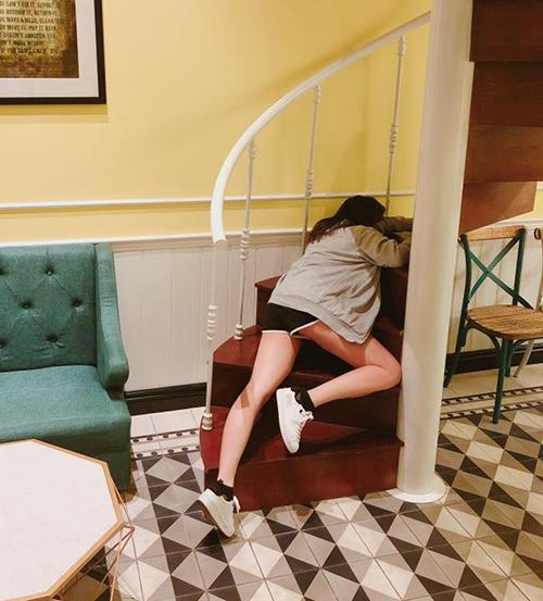 Hari Won một khi đã buồn ngủ là có thể... vạ vật ngay trên cầu thang siêu khó đỡ.