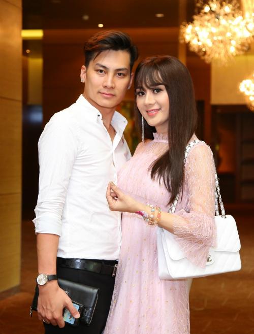 Lâm Khánh Chi diện bộ cánh ren hồng, khoe vẻ đầy nữ tính bên ông xã điển trai.