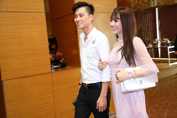 Ngày 13/5, Lâm Khánh Chi là khách mời tham dự một sự kiện về chuyển giao công nghệ làm đẹp tại TP HCM. Cô bất ngờ khoác tay tình tứ xuất hiện cùng ông xã.