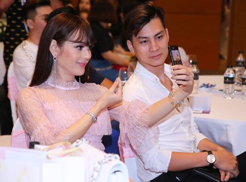 Lâm Khánh Chi cho biết bản thân rất thích làm đẹp nên thường quan tâm đến những cách chăm sóc da mặt. Cô không ngại sử dụng đến các công nghệ làm đẹp để giữ gìn vẻ thanh xuân. Cô cho biết mình không chỉ làm đẹp cho bản thân mà còn vì chồng và công chúng.