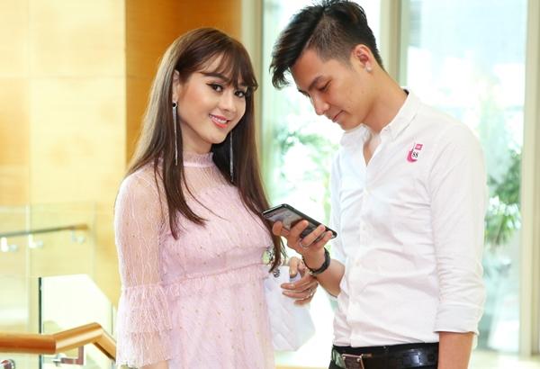 Cả hai cưới nhau cuối năm 2017 và đang có cuộc sống hạnh phúc. Chồng Lâm Khánh Chi cũng mạnh dạn xuất hiện trước truyền thông hơn. Anh luôn có cử chỉ chăm sóc bà xã.