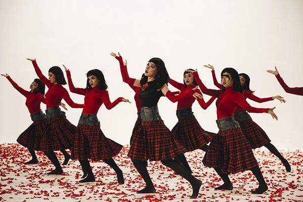 Cô nàng và các dancer thể hiện điệu nhảy ngược lạ mắt trong MV. Nó đòi hỏi nữ ca và vũ đoàn phải tập trung cao độ để có thể nhớ được các động tác.