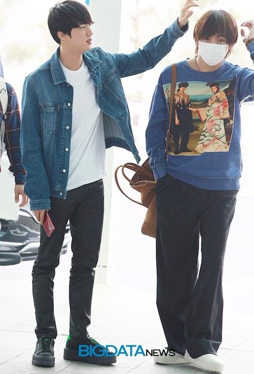Jin và V có phong cách hoàn toàn đối lập. Jin chọn style tiện dụng, phổ biến gồm áo demin, quần jean, Tae Hyung thì luôn thích những chiếc quần rộng thùng thình như váy. Mái tóc dài của nam ca sĩ trở thành đề tài bàn tán của fan.