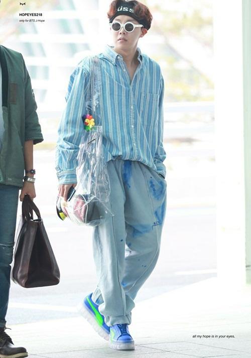 J-Hope chính là fashion của nhóm với những bộ cánh độc. Túi trong suốt đang rất nổi tiếng trong làn thời trang cũng được anh chàng sử dụng. Chiếc quần trông như lấm bẩn nhưng J-Hope dường như coi đó là phong cách riêng.