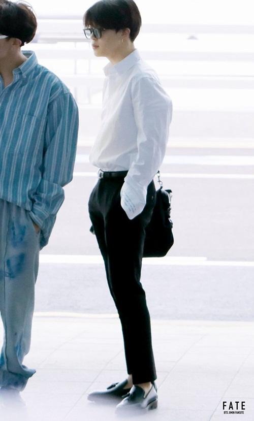 Ji Min đúng chuẩn nam thần bước ra từ truyện ngôn tình với sơ mi trắng, quần tây và phụ kiện hàng hiệu.