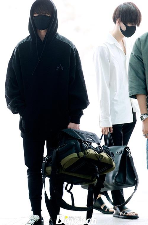 BTS lên đường sang Mỹ dự sự kiện lớn. Cậu em út Jung Kook lúc nào cũng kín băng bất kể thời tiết, mặc đồ đen trong tất cả các lần ra sân bay.