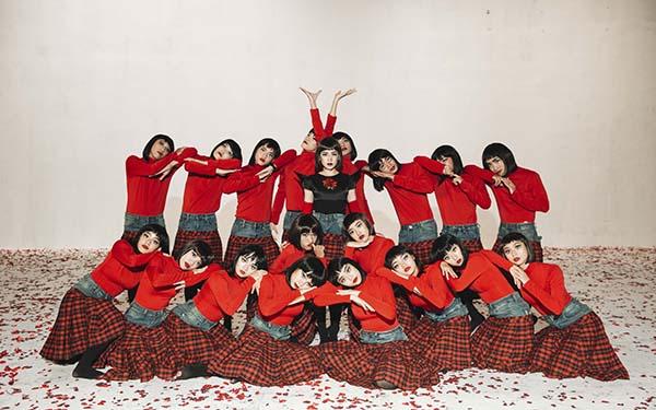 Sản phẩm được đầu tư lớn nhất về số lượng người từ trước đến nay của Chi Pu. Hàng chục dancer được huy động để thể hiện concept ma quái. MV cần phim trường rộng để đáp ứng các yêu cầu về sáng tạo và đủ không gian để thực hiện những động tác vũ đạo.