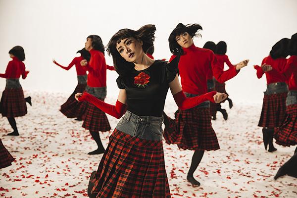 Chi Pu bắt nhịp xu hướng thời trang khi kết hợp quần và váy tuột đang hot trên thế giới vào MV.