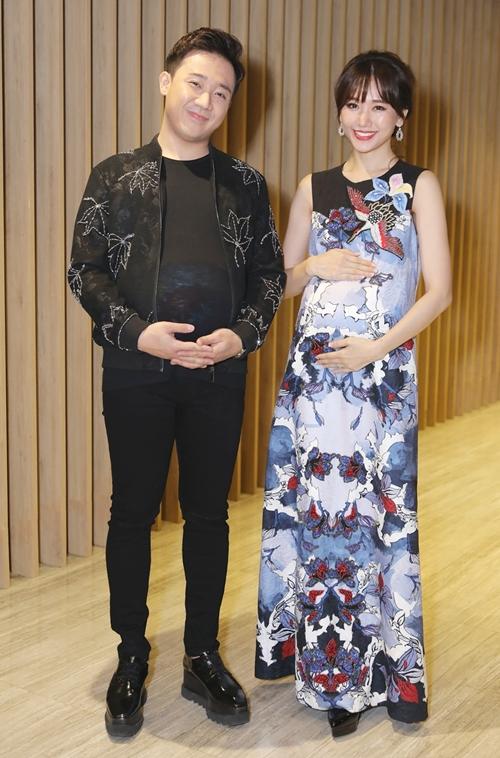 Ngày 14/5, tại buổi giới thiệu chương trình Khi đàn ông mang bầu, Trấn Thành - Hari Won gây chú ý với tạo hình vui nhộn. Cả hai cùng độn bụng bầu xuất hiện gây chú ý. Những ngày qua họ đã có những buổi ghi hình, vật lộn với những chiếc bầu giả tạo nên những tiếng cười.