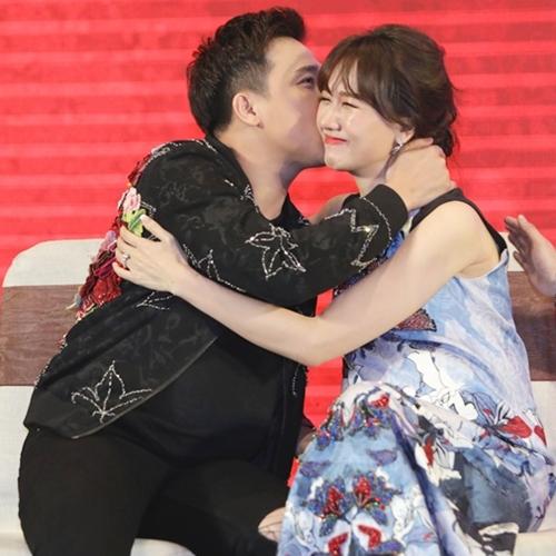 Ông xã Trấn Thành nhiệt tình chăm sóc bà xã Hari Won. Họ cưới nhau từ cuối 2016 nhưng chưa có kế hoạch sinh em bé vì muốn tập trung cho sự nghiệp hiện tại.