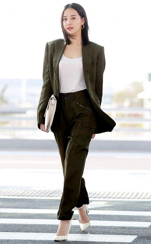 Bạn gái tin đồn của G-Dragon bất ngờ tăng cân. Lee Joo Yeon ra sân bay vẫn chọn đồ, tạo dáng cầu kỳ như bước lên thảm đỏ.
