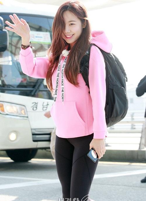 Nam Joo lọt top tìm kiếm tại Hàn vì khuôn mặt khác lạ. Trong lần ra sân bay mới, thành viên Apink được khen xinh với khuôn mặt trang điểm nhẹ. Nam Joo mặc trang phục thể thao vì ghi hình cho một show thực tế mạo hiểm.
