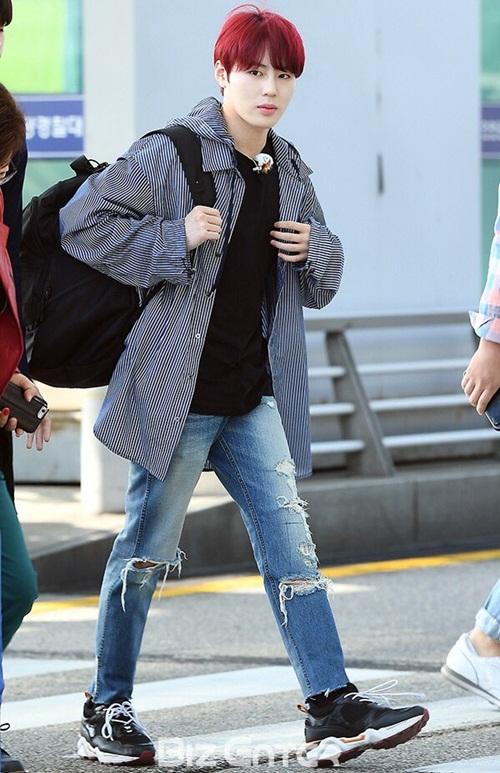 Sung Woon nổi bần bật với mái tóc đỏ.