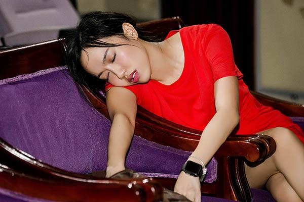 Do lịch tập căng thẳng, Diệu Nhi nhiều lần thiếp ngủ khi chưa đến lượt tập. Cô được đồng nghiệp góp ý cần tranh thủ ăn uống, dưỡng sức vì nhìn bị sụt cân kahs nhiều.