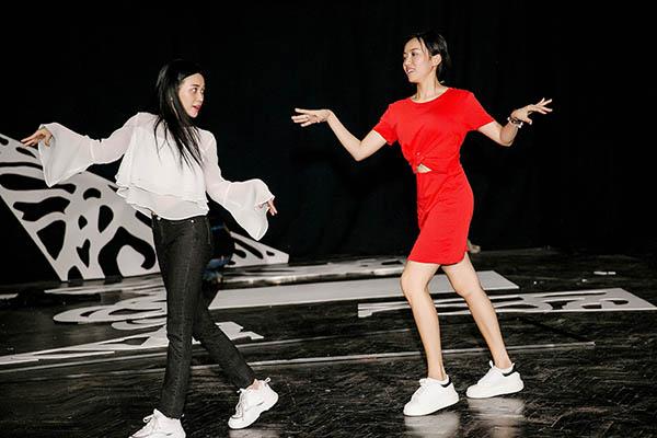 Minishow đầu tay Yêu của nữ diễn viên Diệu Nhi đang được nhiều fan chờ đợi. Những ngày qua, Diệu Nhi cùng ekip tức tốc vào quá trình tập luyện, dàn dựng chương trình. Nhân vật chính và hơn 15 khách mời đang trong tâm thế chạy nước rút để tập luyện.