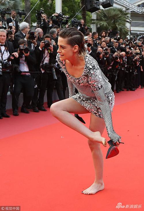 Chỉ bước đi trên thảm đỏ được ít phút, người đẹp 28 tuổi đã không chịu nổi giày cao gót. Cô nàng vô tư cúi xuống cởi luôn giày, đi chân trần quãng đường còn lại vào khán phòng chính. Khoảnh khắc bất ngờ này khiến Kristen lập tức trở thành tâm điểm chú ý.