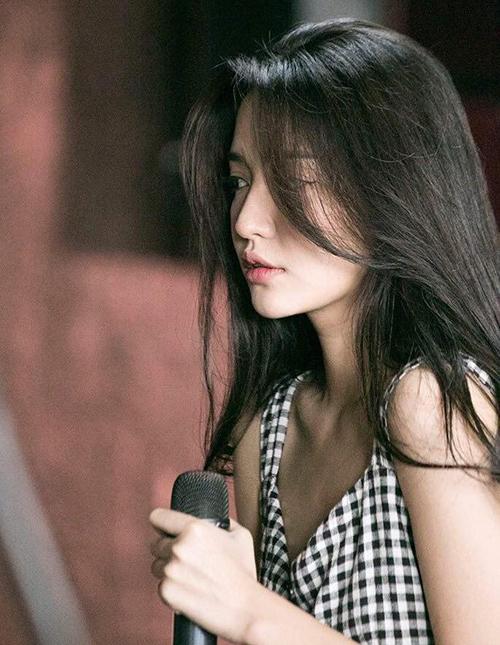 Loạt ảnh mới của Bích Phương được ghi lại trong một chương trình ca nhạc đang được các fan đua nhau khen ngợi. Dù chỉ là những bức hình ngẫu hứng, nữ ca sĩ vẫn khoe được dáng vẻ mong manh, đặc biệt là gương mặt xinh đẹp mà không cần trang điểm đậm.