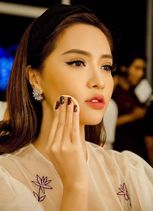 Lối makeup đậm tuy giúp tôn lên đường nét sắc sảo trên gương mặt nhưng khó giúp cô nàng trông ngây thơ như khi chỉ đánh phấn tô son nhẹ nhàng.