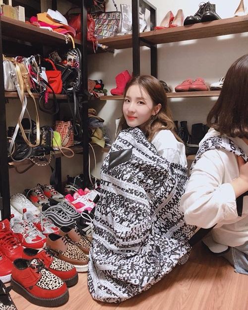 Dara trông nhỏ bé khi ngồi lọt trong chiếc túi to.