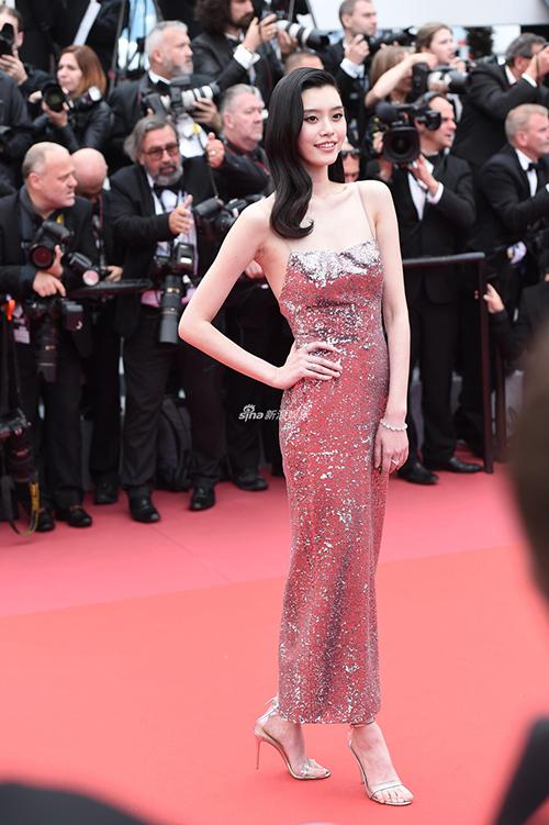 Siêu mẫu Ming Xi là khách mời quen thuộc ở LHP Cannes năm nay. Cô nàng khoe dáng chuẩn với bộ đầm kim sa gợi cảm.