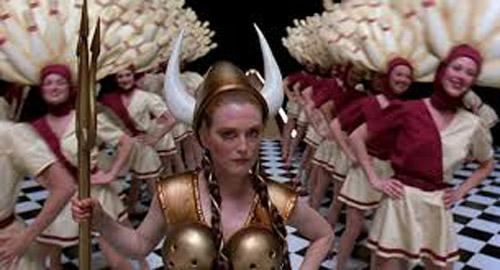 Phim có phong cách kỳ lạ với những cảnh không liên quan đến nội dung.