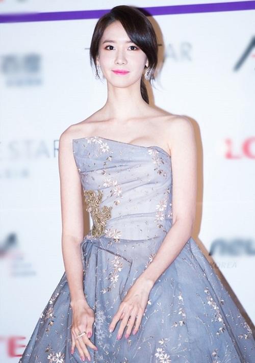 Yoona không chỉ đốn tim fan nam bởi nhan sắc nữ thần mà còn bởi đôi xương quai xanh không kém phần cuốn hút.