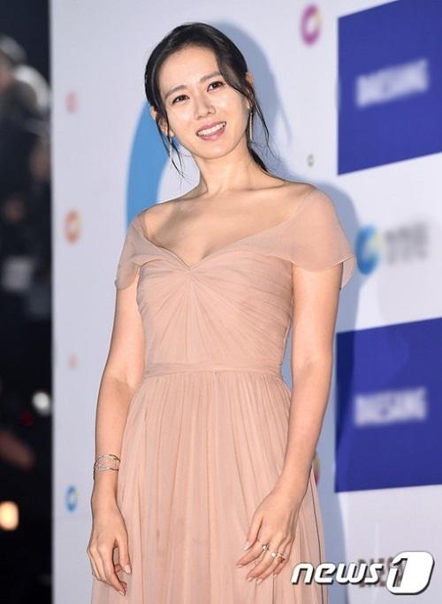 Chị đẹp Son Ye Jin mỗi lần xuất hiện tại các sự kiện điện ảnh là một lần khiến khán giả phải chao đảo vì đôi xương quai xanh quyến rũ.